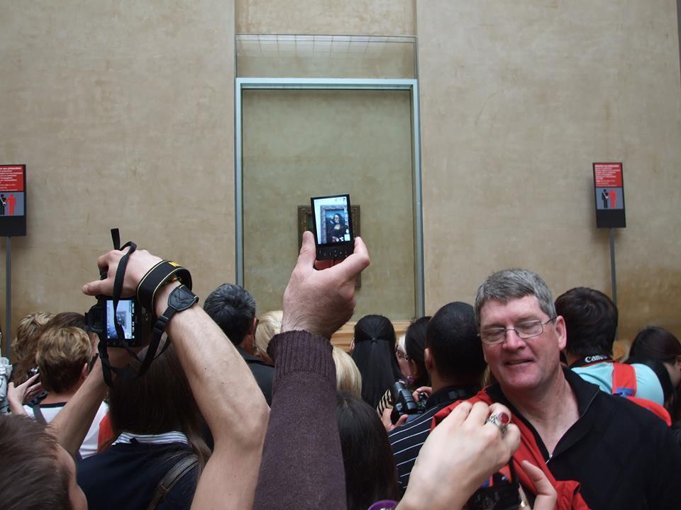 Туристы у «Моны Лизы» да Винчи в Лувре