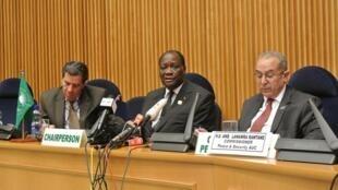 Le président ivoirien Alassane Ouattara entouré de Noureddine Mezni, porte-parole de l'UA (g) et Ramtane Lamamra, commissaire à la paix et à la sécurité de l'Union africaine, à Addis-Abeba, le 14 juillet 2012.