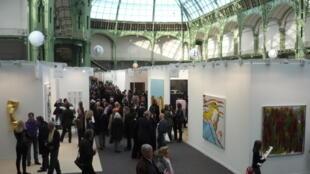 Одна из экспозиций парижской ярмарки современного искусства FIAC в Большом Дворце