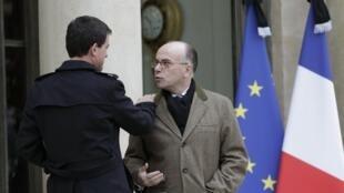 Le Premier ministre Manuel Valls (g.) et le ministre de l'Intérieur Bernard Cazeneuve (d.) dans la cour de l'Elysée, après une réunion de crise, le 10 janvier 2014.