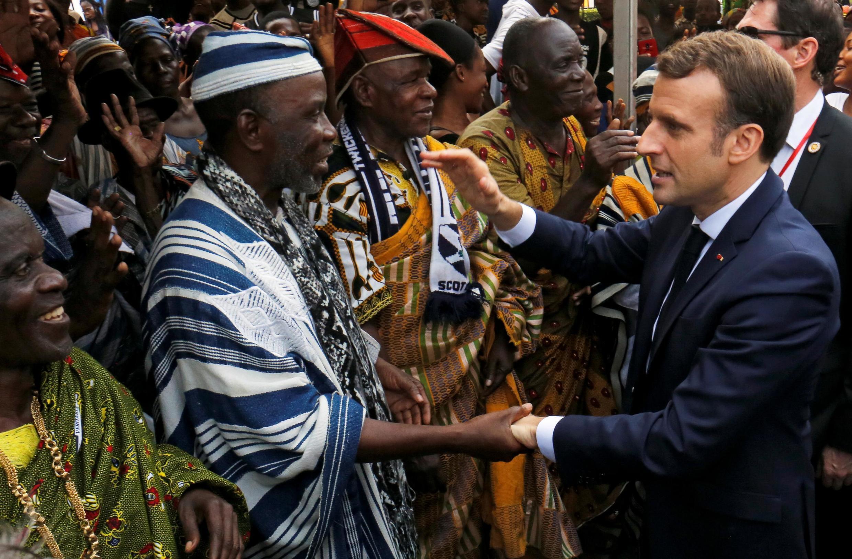 Shugaba Emmanuel Macron a ganawarshi da wasu shugabannin kabilu a Ivory Coast.