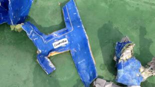 图为被打捞的埃及航空公司空难飞机残片