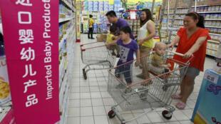 Các ông bố bà mẹ tìm mua sữa ngoại cho con tại một siêu thị ở Bắc Kinh ngày 3/7/2013.