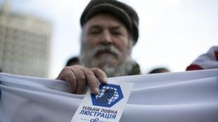 Манифестант с листовкой против правительства Януковича в Киеве 24/02/2014