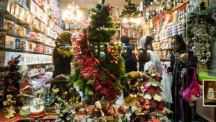 Magasin de décorations de Noël en Iran, Décembre 2013.