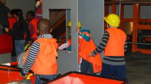 在巴黎儿童科学城展区里的孩子。