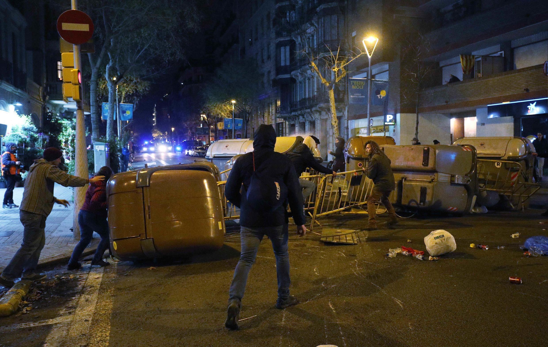 В ходе беспорядков в Барселоне пострадали десятки человек