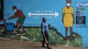 Une fresque murale favorise la distanciation sociale pour freiner la propagation du coronavirus à Kibera, Nairobi, le 15 juillet 2020.