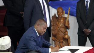Le président Touadéra signe l'accord de paix, le 6 février 2019, au palais présidentiel (palais de la Renaissance) à Bangui.