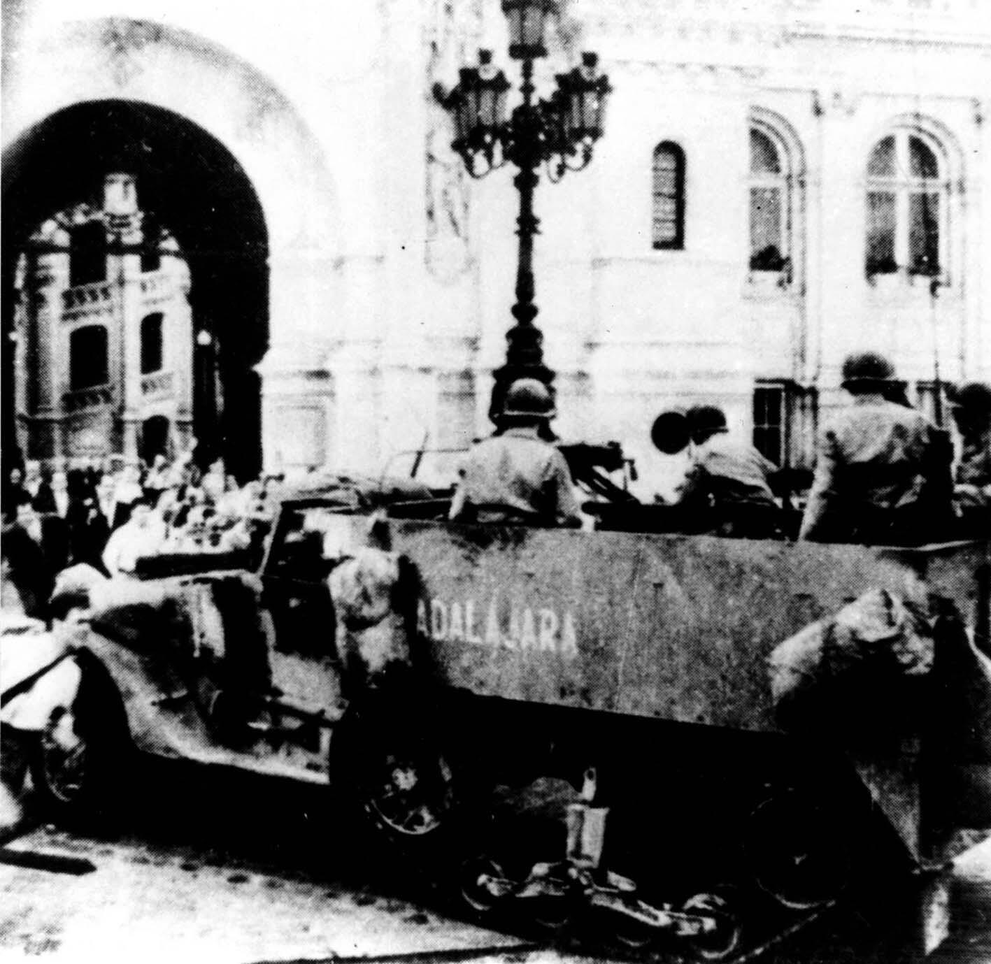 Le half-track Guadalajara, le premier véhicule a être entré sur la place de l'Hôtel de ville de Paris, le 24 août 1944.