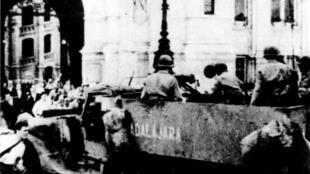 El Guadalajara, primer vehículo de 'La Nueve' que entró a la plaza del Ayuntamiento de París, el 24 de agosto de 1944.