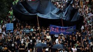 香港示威者游行到香港警察总部,2011年9月3日。