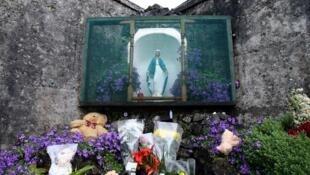 Irlande: stèle à Tuam (comté de Galway) en mémoire des quelque 800 bébés et enfants de l'orphelinat catholique du Bon Secours (illustration de 2014). L'identification des restes est en cours.