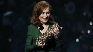"""Isabelle Huppert levou o César de melhor atriz por """"Elle"""", que também ganhou o prêmio de melhor filme"""