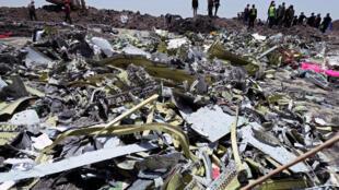Des débris du vol ET302 sont visibles à l'emplacement du crash, à une soixantaine de kilomètres au sud-est d'Addis-Abeba, le 11 mars 2019.