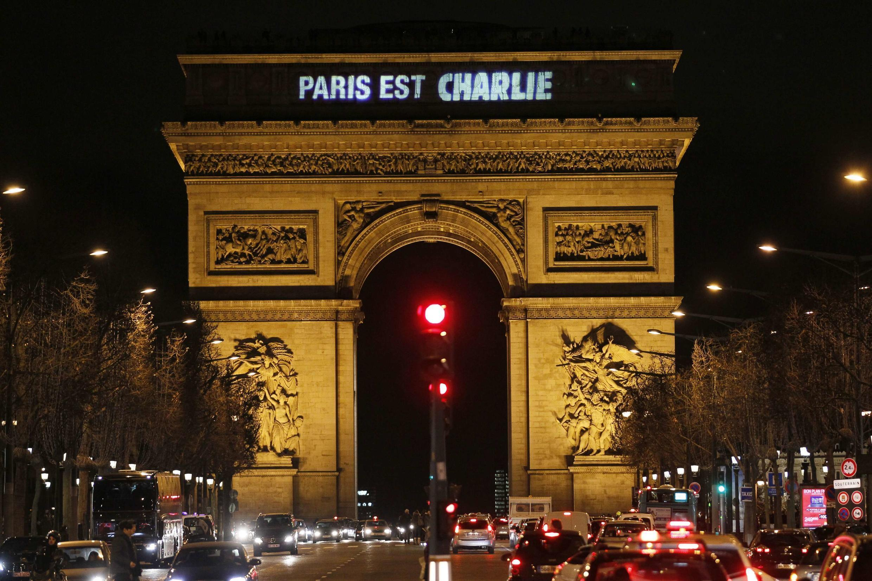 Paris's Arc de Triomphe declares solidarity with Charlie Hebdo.
