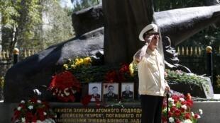 Veterano da Marinha russa durante cerimônia que celebra 15 anos da tragédia com o submarino nuclear russo Kursk.