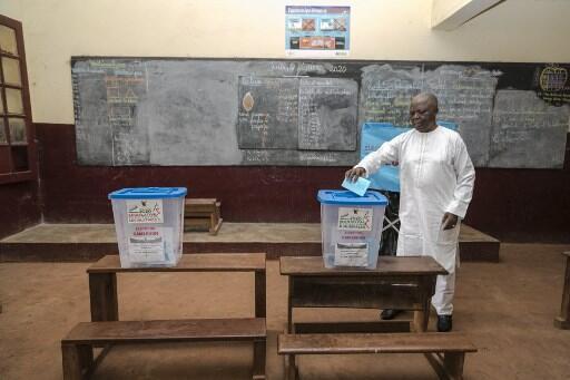Un électeur camerounais glisse son bulletin dans l'urne, à Yaoundé, le 9 février 2020.