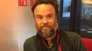 Rodrigo Amarante, cantor e músico, no estúdio 51 da Rádio França Internacional