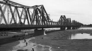 Cầu Long Biên khoảng năm 1940.