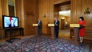 Des conseillers à la santé du gouvernement britannique lors d'un point presse par visioconférence au 10 Downing Street le 31 mars 2020.