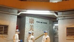 香港青衣区康美楼怀疑因厕所排气管出了问题,导致上下楼层居民怀疑受到武汉病毒感染,事件疑似2003年淘大花园事件重演。