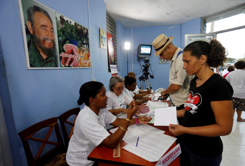 Les citoyens cubains votent aux législatives, dans un bureau de vote à Santa Clara, Cuba le 11 mars 2018.
