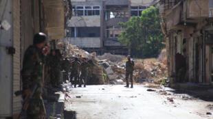 Forças oficias vasculham bairro de Suleiman al-Halabi em busca de rebeldes na zona norte de Aleppo, em 30 de setembro de 2016.