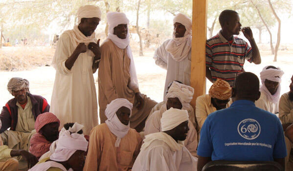 Les Tchadiens, rapatriés de Libye, avec des employés de l'OIM.