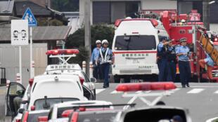Cảnh sát đến nơi xẩy ra vụ tấn công làm ít nhất 19 người bị sát hại và 45 người bị thương ở trại tâm thần Sagamihara, gần Tokyo, đêm 25 rạng 26/07/2016