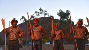 Des danseurs aborigènes, lors de l'ouverture du sommet à Uluru, dans le Territoire du Nord, le 23 mai 2017.