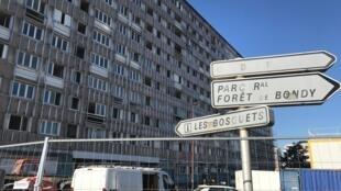 """Les Bosquets é o bairro de Montfermeil onde se passa o filme """"Os Miseráveis"""", de Ladj Ly. Os conjuntos habitacionais na França são frequentemente vistos como """"favelas verticais"""". Este da foto está vazio e vai ser demolido. Montfermeil, 07/02/2020."""