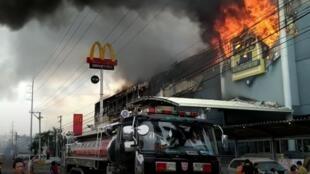 Pelo menos 37 pessoas podem ter morrido no incêndio deflagrado em um shopping na cidade de Davao, no sul das Filipinas, em 24 de dezembro de 2017.