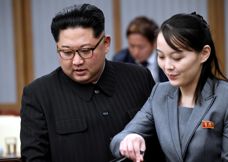 法广存档图片:朝鲜领导人金正恩与其亲妹妹金与正,摄于2018年4月27日 Image d'archive RFI: Le leader nord-coréen Kim Jong-un et sa soeur, Kim Yo-jong, le 27 avril 2018,