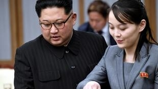 O líder norte-coreano, Kim Jong-un, e sua irmã, Kim Yo-jong, durante reunião com o presidente sul-coreano, Moon Jae-in, em 27 de abril de 2018.
