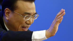 北京两会落幕李克强以政策储备安抚各方经济忧虑  图为李克强在人大闭幕后新闻发布会