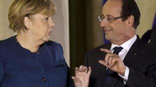A chanceler alemã Angela Merkel e o presidente francês François Hollande participam do Conselho Europeu ao lado dos outros líderes do bloco.