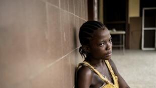 Une jeune femme avec son bébé dans un hôpital, dans une banlieue de Monrovia au Liberia.