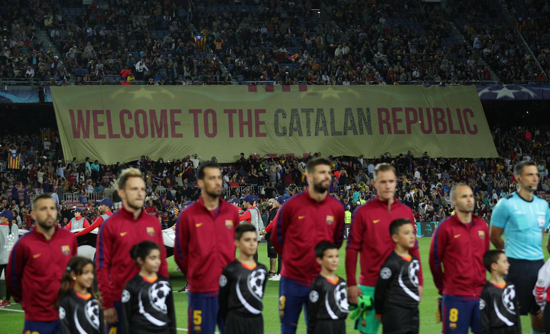 """""""Bem-vindo à República da Catalunha"""", anuncia a torcida."""