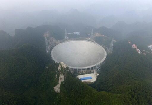 O telescópio FAST ocupa uma área capaz de acolher 30 campos de futebol