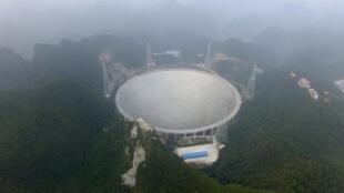 Avec ses 500 mètres de diamètre, FAST est de loin le plus grand télescope du monde.