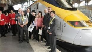 Le cent millionième passager de l'Eurostar depuis l'ouverture du canal sous la manche, à la Gare du Nord, le 28 août 2009.