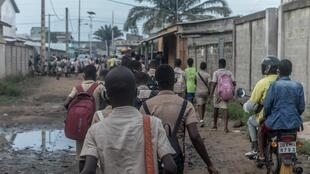 Des élèves du collège d'éducation générale de Godomey, au Bénin, retrouvent le chemin des cours ce 11 mai 2020.