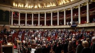 В среду утром Национальное собрание Франции абсолютным большинством проголосовало за продление чрезвычайного положения в стране на шесть месяцев.