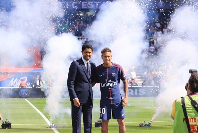 Arrivée de Neymar Parc des Princes le 5 août 2017. Ici, avec le président du club de football PSG, Nasser Al-Khelaïfi, à gauche.