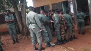 Des militaires alignés devant un bureau de vote de Bazzaville, le 17 mars 2021.