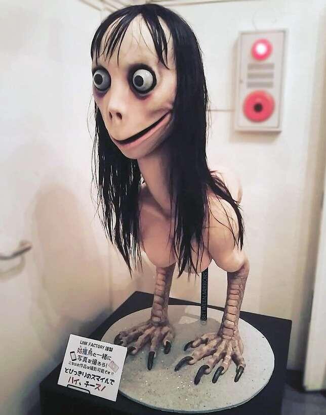 """A escultura que empresa seu """"rosto"""" ao """"Momo"""", batizada como """"Ubume"""", leva o nome de uma figura tradicional japonesa que correspondente ao fantasma de uma mãe morta no parto."""