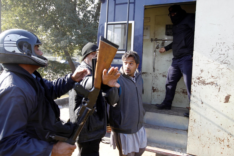 伊斯蘭堡一名抗議者與警方交涉資料圖片