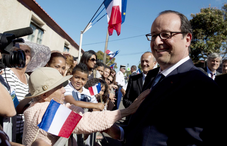 Жители города Сен-Жозеф приветствуют президента Франции Франсуа Олланда, Реюньон, 21 августа 2014 г.