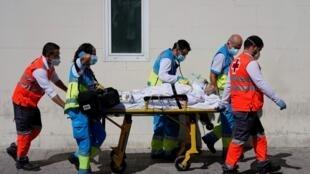Châu Âu đang vất vả đối phó với làn sóng Covid thứ hai. Ảnh minh họa: nhân viên y tế Tây Ban Nhan chuyển bệnh nhân đến một khoa hồi sức, Madrid, ngày 2/9/2020.
